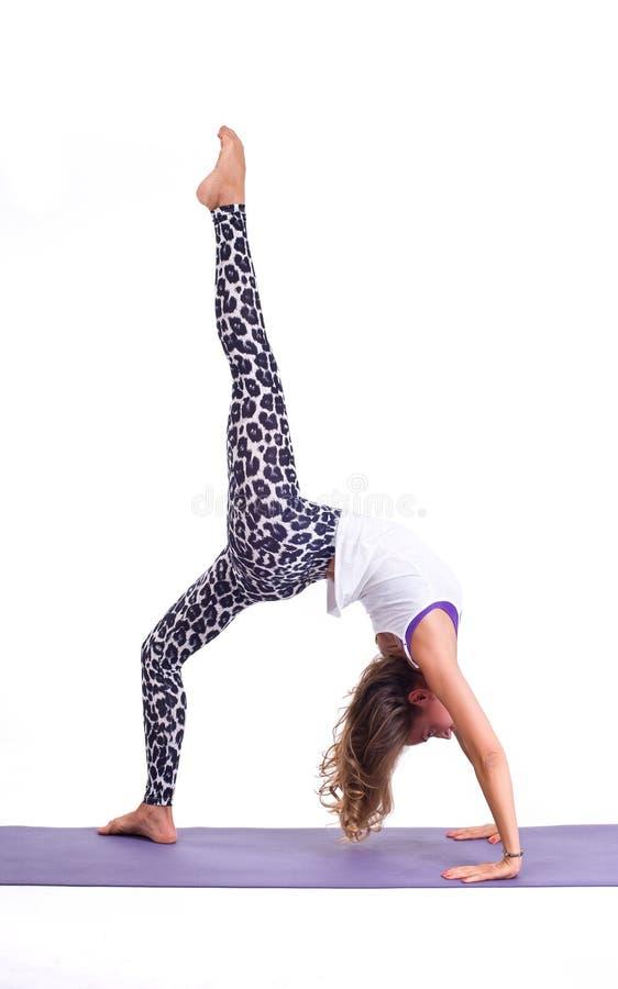 Os exercícios praticando da ioga/ponte levantam - Urdhva Dhanurasana imagens de stock royalty free