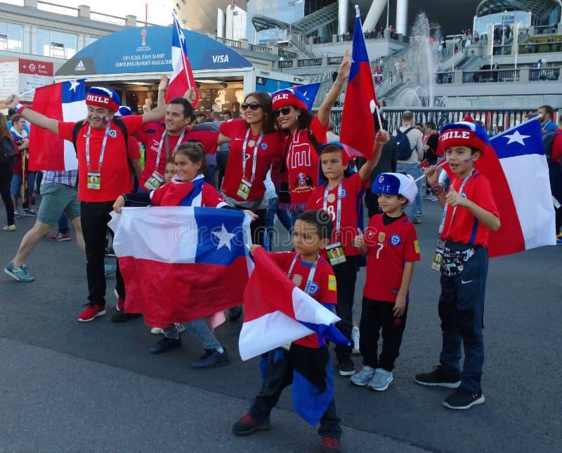 Os fãs alegres do futebol do Chile da equipe apoiam ativamente sua equipe durante o copo das confederações em Rússia imagens de stock royalty free