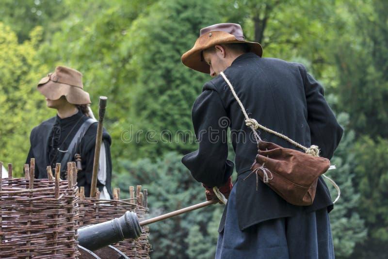 Os fãs da história vestidos como soldados do século XVII do mercenário carregam o seu fotografia de stock royalty free