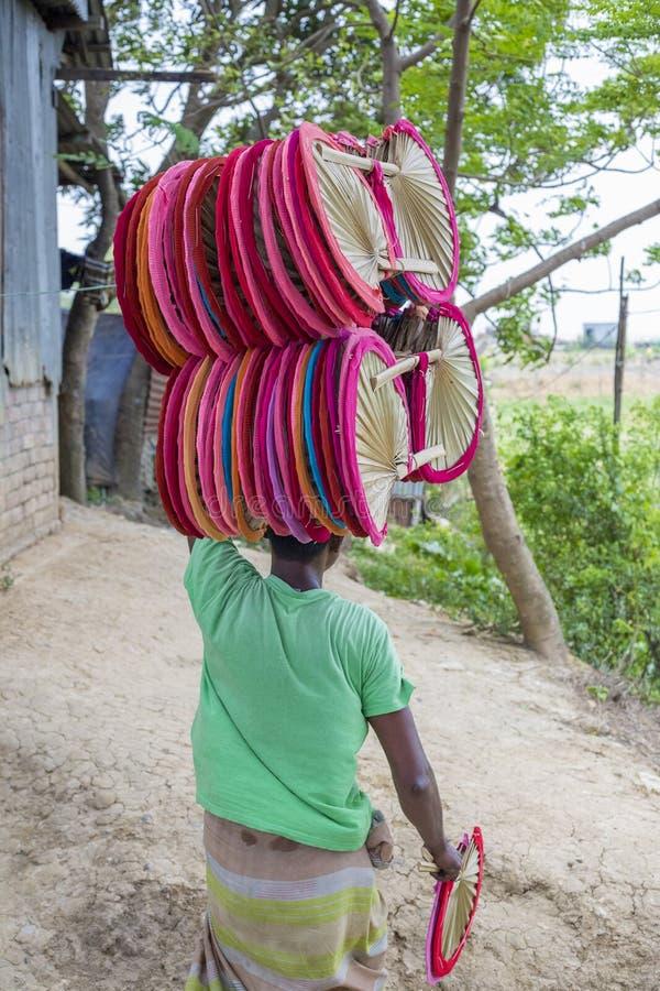 Os fãs da mão estão feitos em Dhaka's Bhatara quando Mymensingh fornecer as matérias primas fotos de stock