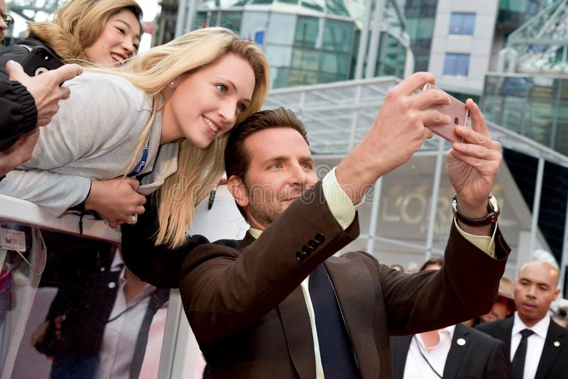 Os fãs do cumprimento de Bradley Cooper na premier de uma estrela são nascidos no festival de cinema internacional 2018 de Toront imagem de stock
