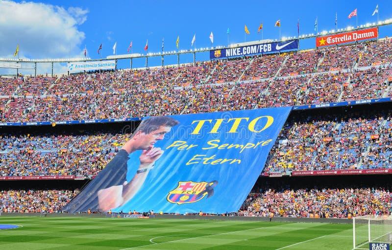 Os fãs do FC Barcelona indicam uma bandeira enorme na memória do treinador de anterior líder Tito Vilanova foto de stock royalty free