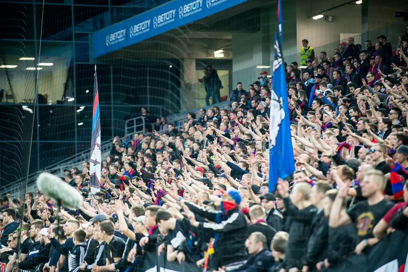 Os fãs do futebol de CSKA batem Moscou durante o fósforo do campeonato do futebol do russo entre CSKA fotos de stock