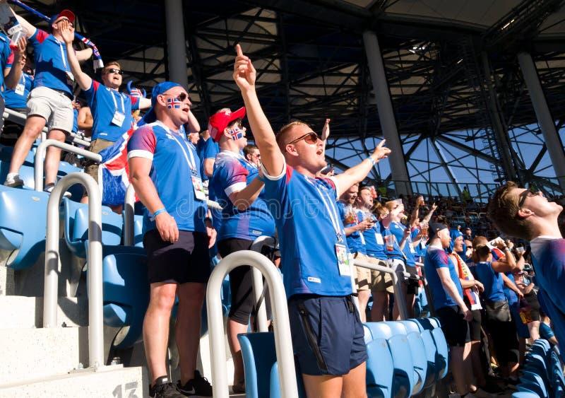 Os fãs islandêses no estádio em Volgograd cantam sua música nacional antes do fósforo Campeonato do mundo Rússia 2018 imagem de stock royalty free