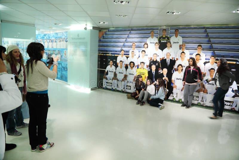 Os fãs são fotografados próximo ao Real Madrid da foto foto de stock royalty free