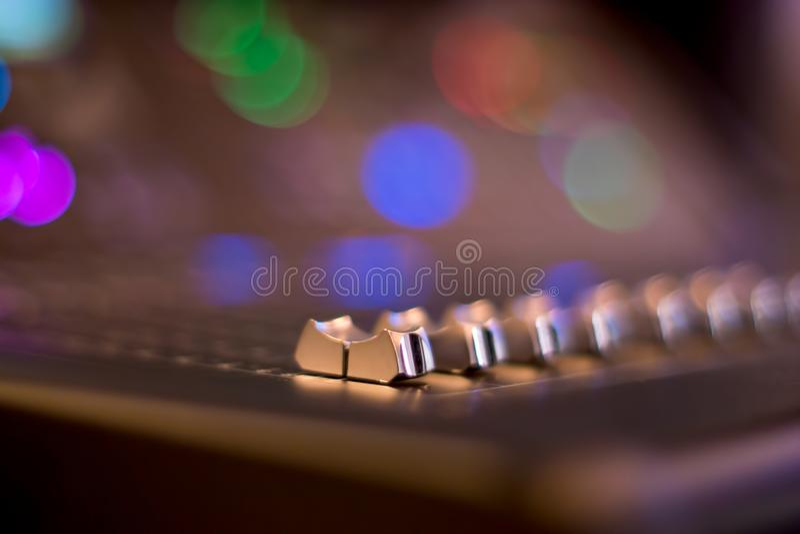 Os faders audio do misturador fecham-se acima com fundo borrado imagens de stock