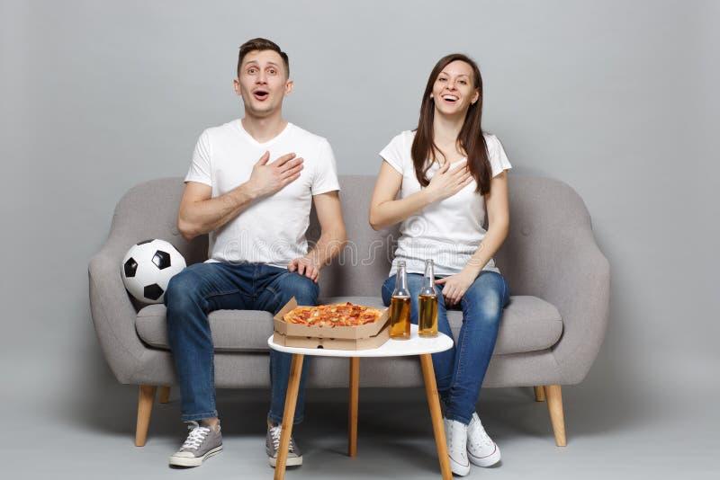 Os fan de futebol alegres do homem da mulher dos pares na equipe favorita do t-shirt do elogio do apoio branco acima, cantam o hi fotografia de stock