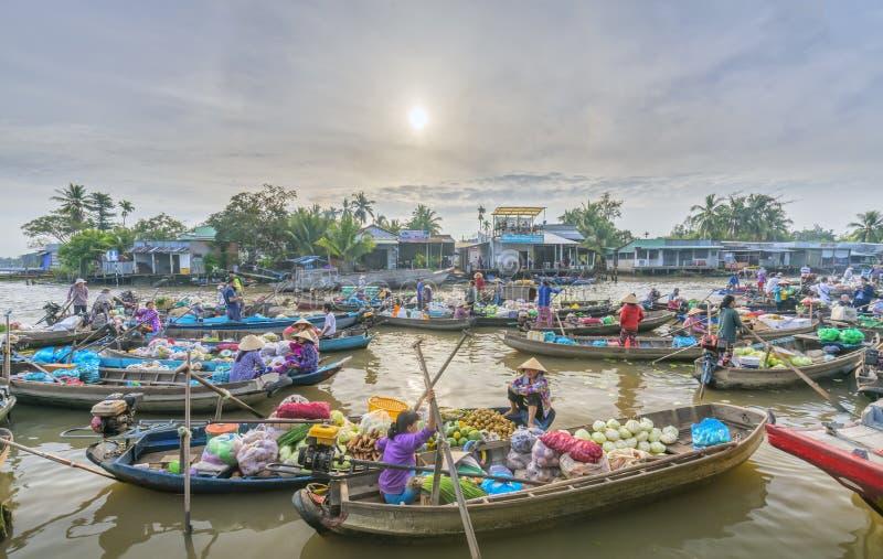 Os fazendeiros compram aglomerado na manhã de flutuação do mercado fotos de stock