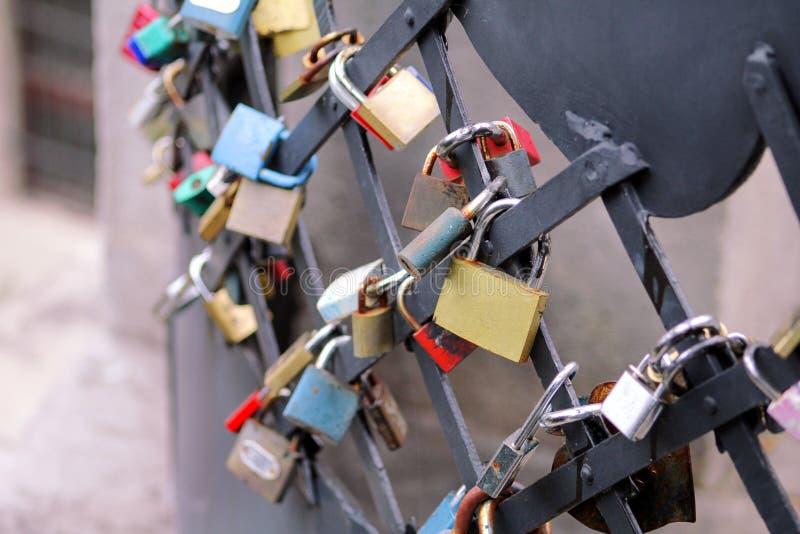 Os fechamentos do amor penduram da ponte em Praga que representa a amizade e o romance seguros Cadeado dos amantes na ponte como  fotos de stock