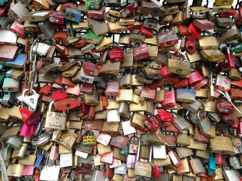 Os fechamentos do amor que estão sendo fullfilled na ponte hohenzollern foto de stock royalty free