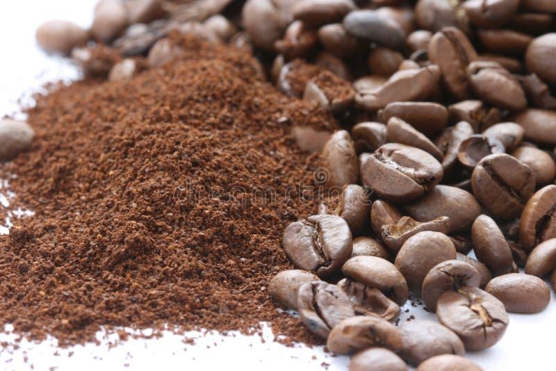 Download Feijões De Café Inteiro E à Terra Dispersados Foto de Stock - Imagem de pilha, branco: 29840510