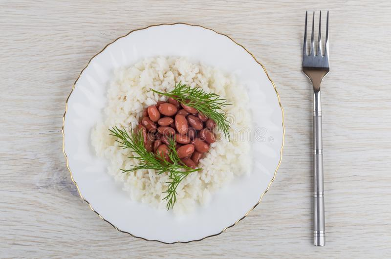 Os feijões vermelhos com aneto, arroz fervido na placa, bifurcam-se foto de stock royalty free