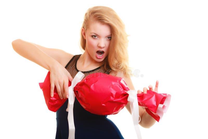 Os feriados amam o conceito da felicidade - menina com presente vermelho imagens de stock royalty free