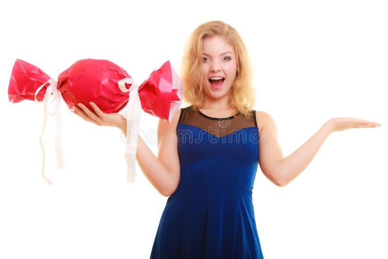 Os feriados amam o conceito da felicidade - menina com presente vermelho imagem de stock royalty free