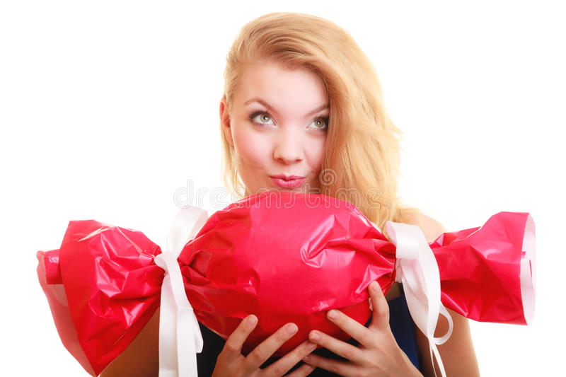 Os feriados amam o conceito da felicidade - menina com presente vermelho foto de stock royalty free