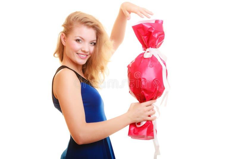 Os feriados amam o conceito da felicidade - menina com presente vermelho imagem de stock