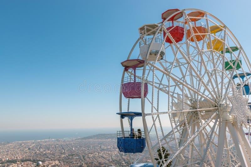 Os ferris coloridos rodam dentro o parque de diversões Tibidabo no fundo do céu azul, Barcelona, Espanha do ‹do †do ‹do †foto de stock