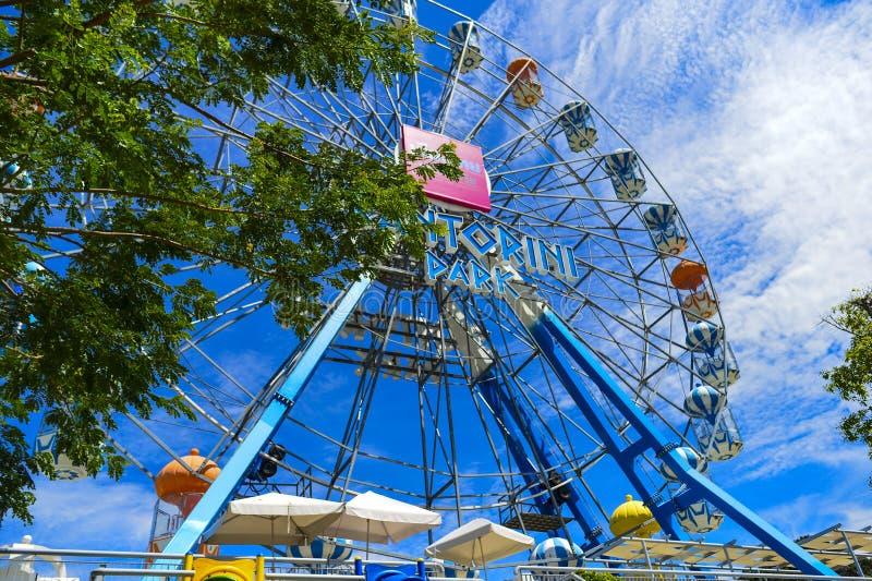Os ferris coloridos rodam dentro o parque de Santorini, parques tem?ticos e parques de divers?es gregos interessantes em Tail?ndi fotografia de stock royalty free