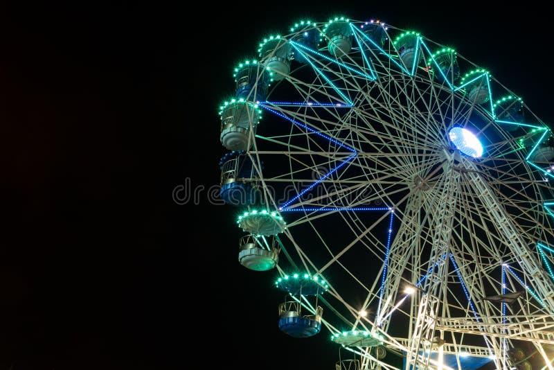 Os ferris de gerencio iluminados claros listrados coloridos rodam no movimento que move-se na noite imagens de stock royalty free