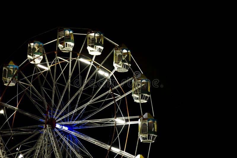 Os ferris luminosos rodam dentro o céu noturno fotos de stock royalty free