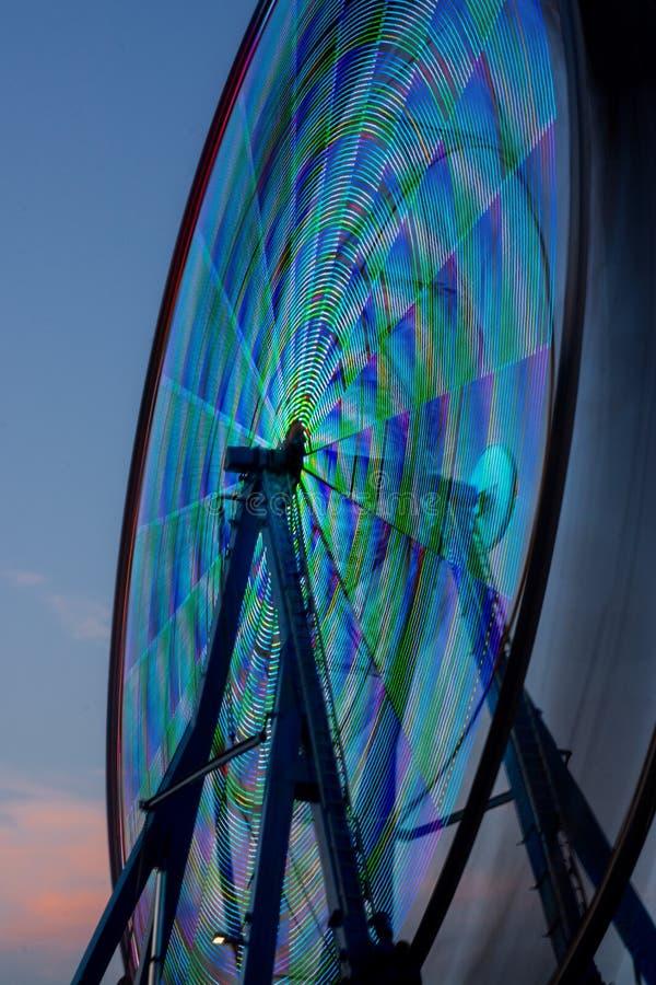 Os ferris rodam dentro o movimento, tomado com uma exposição longa fotografia de stock