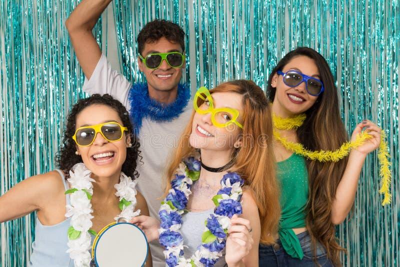 Os festeiros estão comemorando o carnaval em Brasil Povos no colorfu foto de stock