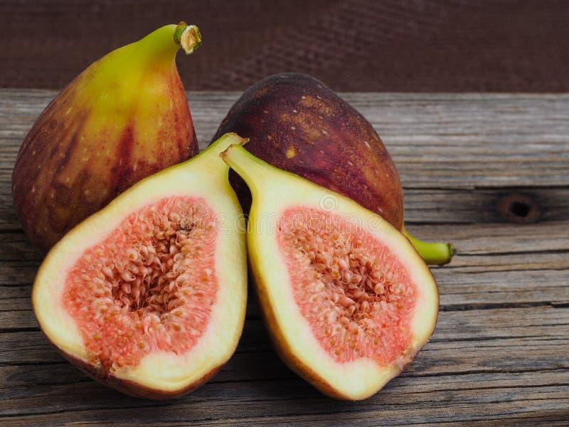 Os figos do fruto fresco em placas idosas, cortaram um delas ao meio fotos de stock