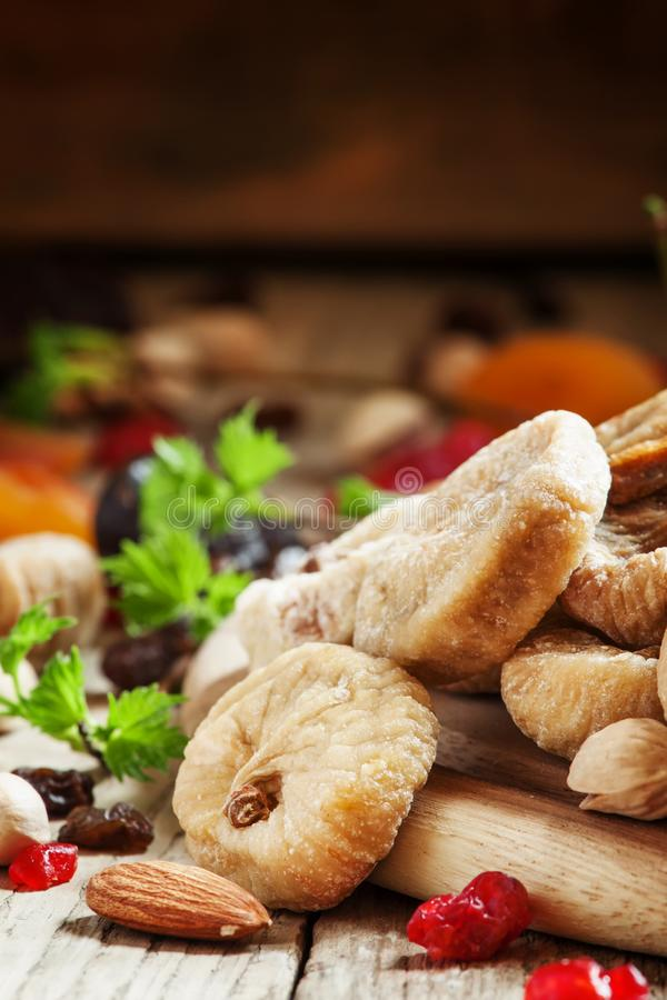 Os figos e os frutos secos e a porca secados deliciosos misturam em de madeira escuro imagem de stock royalty free