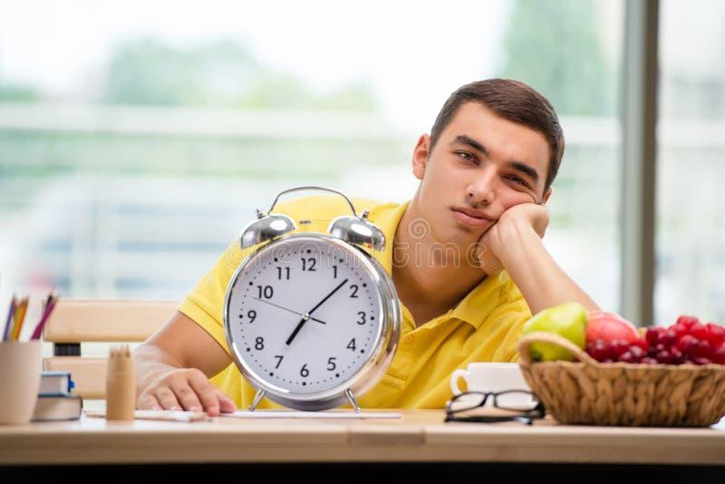 Os fins do prazo faltantes do estudante para a preparação do exame fotos de stock royalty free