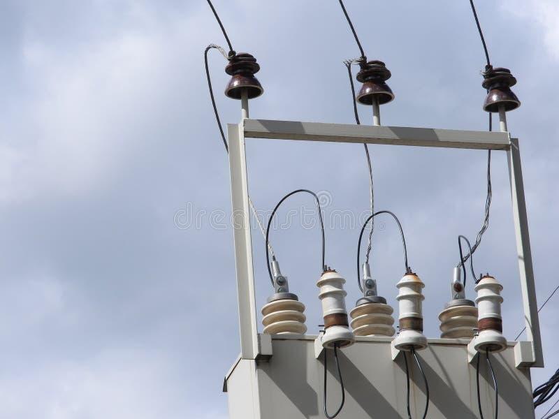 Os fios na caixa elétrica no céu imagem de stock