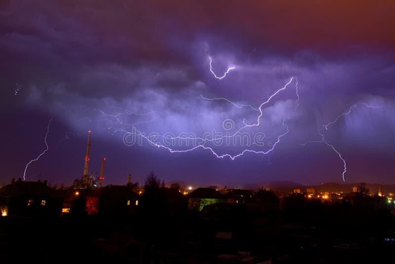 Os flashes no céu noturno imagens de stock