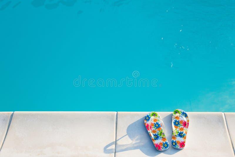 Os flip-flops aproximam o swimming-pool imagem de stock