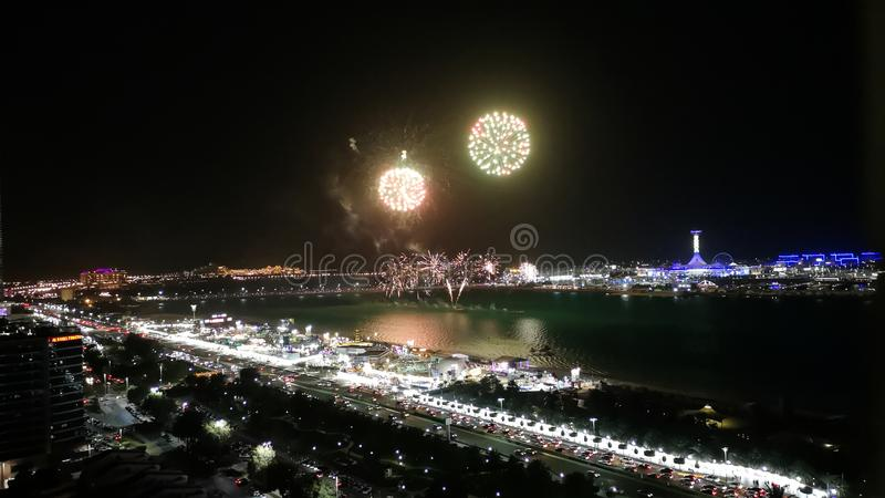 Os fogos de artifício épicos indicam na cidade - estrada do corniche de Abu Dhabi imagem de stock royalty free