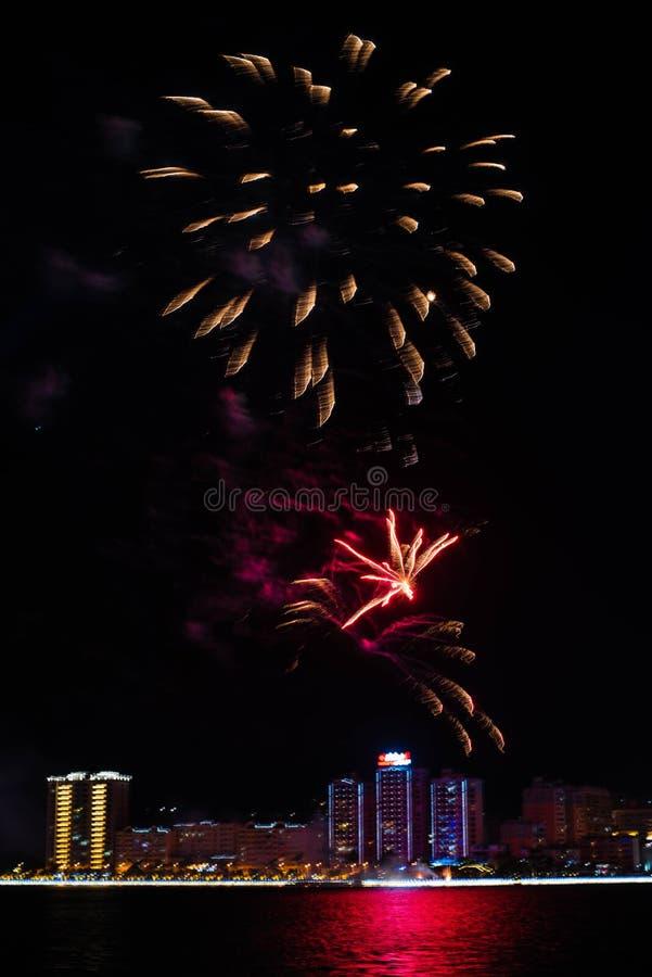 Os fogos-de-artifício coloridos aproximam a água foto de stock royalty free