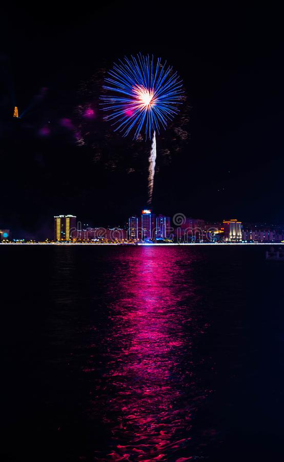 Os fogos-de-artifício coloridos aproximam a água fotos de stock