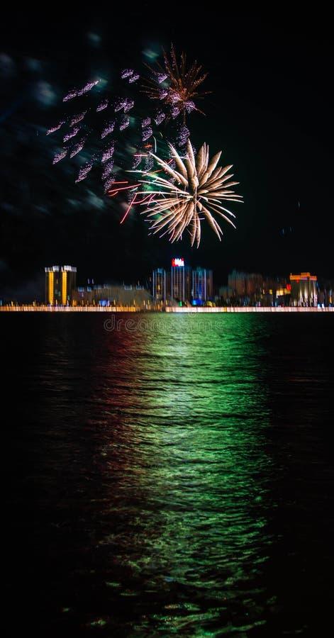 Os fogos-de-artifício coloridos aproximam a água fotos de stock royalty free