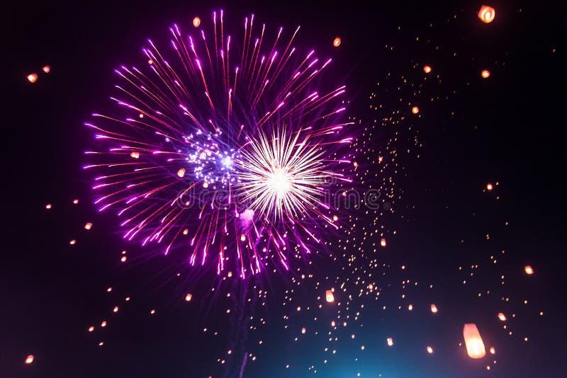 Os fogos-de-artifício coloridos iluminam acima o céu com lanterna Yi Peng Festival imagem de stock