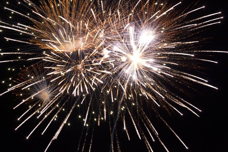 Os fogos de artifício dourados fecham-se acima foto de stock