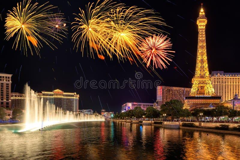 Os fogos-de-artifício e as fontes mostram no Dia da Independência o 4 de julho de 2016 em Las Vegas fotos de stock royalty free
