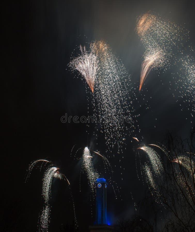 Os fogos-de-artifício em Ostrava com câmara municipal cronometram no azul imagens de stock