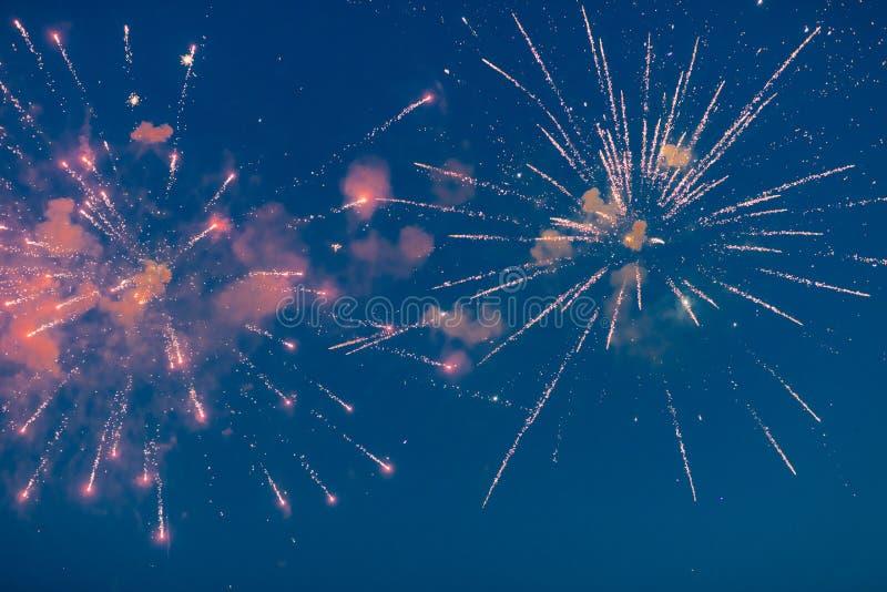Os fogos de artifício espetaculares mostram no carnaval ou no feriado fotos de stock