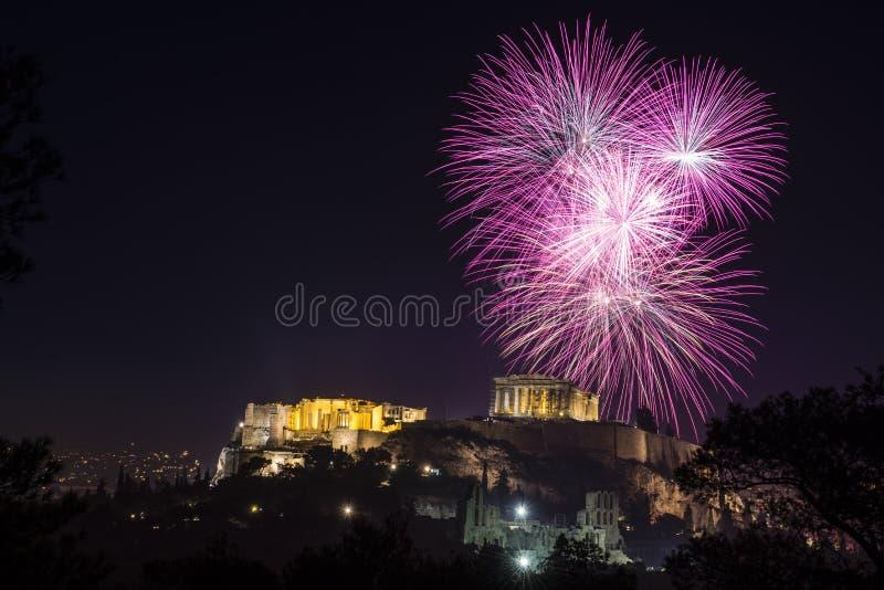 Os fogos-de-artifício explodem sobre o templo da acrópole em Atenas fotos de stock royalty free