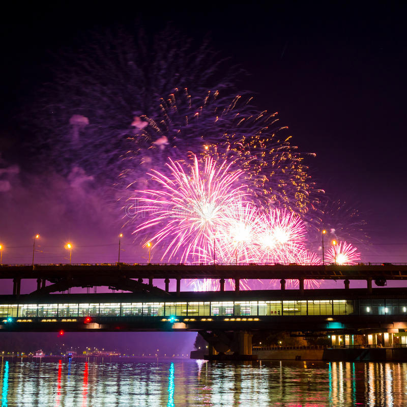 Os fogos-de-artifício iluminam acima o céu foto de stock