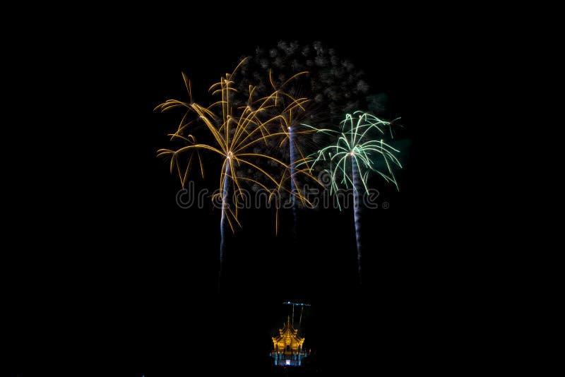 Os fogos-de-artifício iluminam acima o céu, cinco fogos-de-artifício imagem de stock