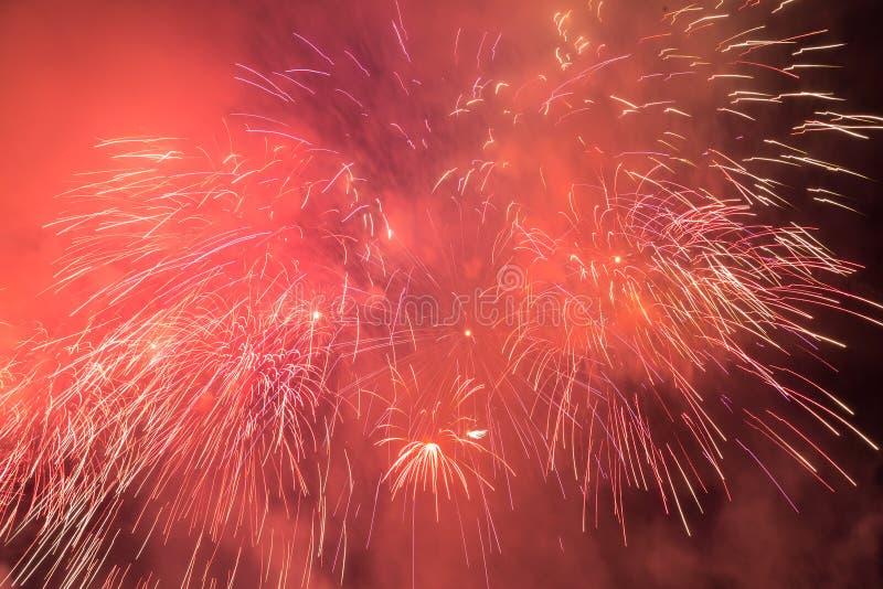 Os fogos-de-artifício iluminam acima o céu com exposição do brilho foto de stock