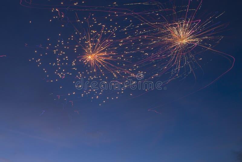 Os fogos-de-artifício iluminam acima o céu com exposição do brilho imagens de stock royalty free