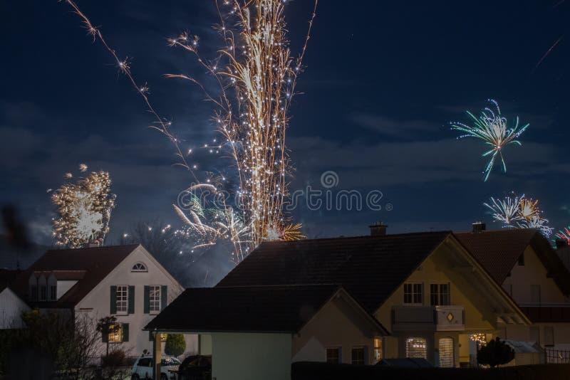 Os fogos-de-artifício indicam na cidade rural pequena imagens de stock