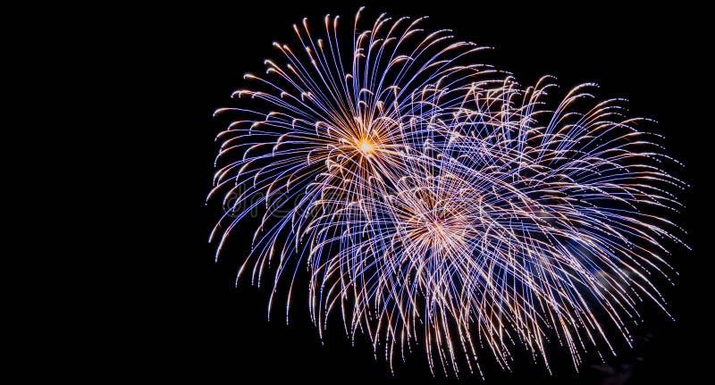 Os fogos-de-artifício indicam na fogueira 4o da celebração de novembro, castelo de Kenilworth, Reino Unido foto de stock royalty free