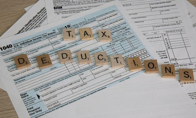 Os formulários de imposto soletraram para fora deduções fiscais foto de stock royalty free