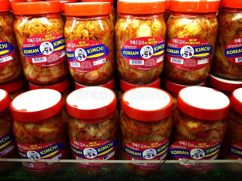 Os frascos do alimento coreano popular chamaram Kimchi na exposição em um pronto da mercearia pegarado por clientes fotos de stock royalty free